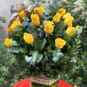 24-yellow-roses-in-vase