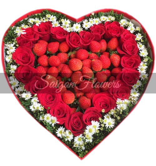 roses-and-strawberries-heart-box